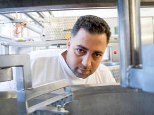 Khaled Khalil har med sin bakgrunn i meierifag fra Aleppo fått praksisplass på NMBU som en del av den Akademiske dugnaden.
