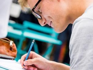 NMBUstudent med blyant