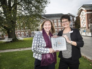 NMBUs rektor, Mari Sundli Tveit og Senterdirektør for Foods of Norway, Margareth Øverland, jubler over avspark for NMBUs første senter for forskningsdrevet innovasjon (SFI).