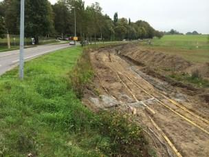 Forberedelser til bygging av rundkjøirng i krysset Arboretvege og Drøbakvegen (Fv 152). Flytting av kabler for å gi plass til utvidelse av vegen.