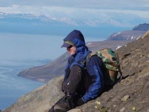 Jessica Wells Abbott på vei opp fjellet Vesuv på Svalbard.