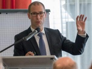 Holth foreleste om hovedtrekk i den norske jordskifteloven, med særlig fokus på arealplaners betydning for gjennomføring av jordskiftesaker.