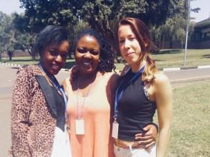 Her er Ida Tarjem (til høyre) ammen med to av de ansatte hun jobbet med på laben ved the International Institute of Tropical Agriculture.