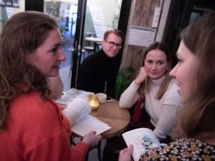 Studentene Jacob Thorsen Koren og Henriette Crook diskuterer prosjektene som de har jobbet med denne høsten med Charlotte Helleland fra Dark arkitekter og Christina Rasmussen fra Kristiansand kommune, under et åpent arrangement på Kulturhuset.