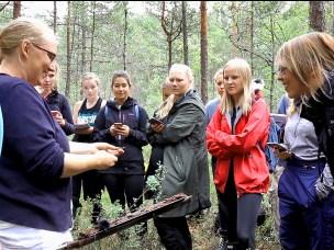 Stipendiat Camilla Lorange Lindberg viser studentene hva som ligger begravet langt nede i myra.