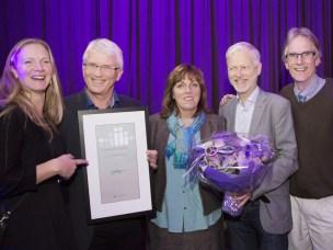 """Glade prisvinnere fra NMBU mottok prisen på NOKUTs konferanse """"Utdanningsfest"""" 1. november 2016."""