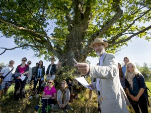 Professor Karsten Jørgensen underviser studenter i landskapsarkitektur ved NMBU.