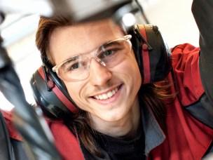 NMBUstudent fra tekniske fag ved bormaskin
