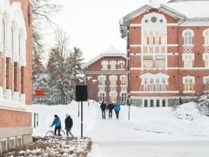 Campus Ås, NMBU. Studenter på vei til forelesning. Cirkus-bygninge Tivoli og Urbygningen