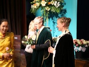 Immatrikulering 2014. Rektor Mari Sundli Tveit håndhilser og ønsker alle nye studenter velkommen til NMBU.