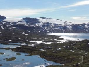 Finse Forskningsstasjon med Midtdalsbreen i bakgrunnen.