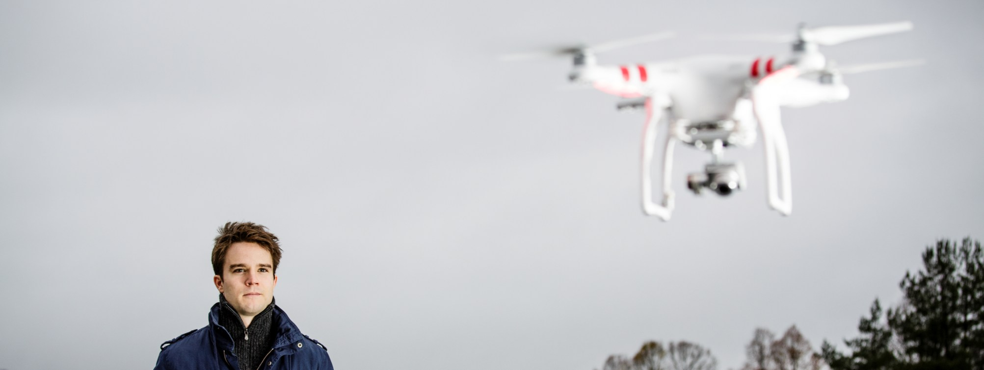 Masterstudent David Gottfridsson kjører drone (DJI Phantom). Han skal skrive masteroppgave i geomatikk om fotogrammetri, 3D-modellering, med fotomateriale fra droner.