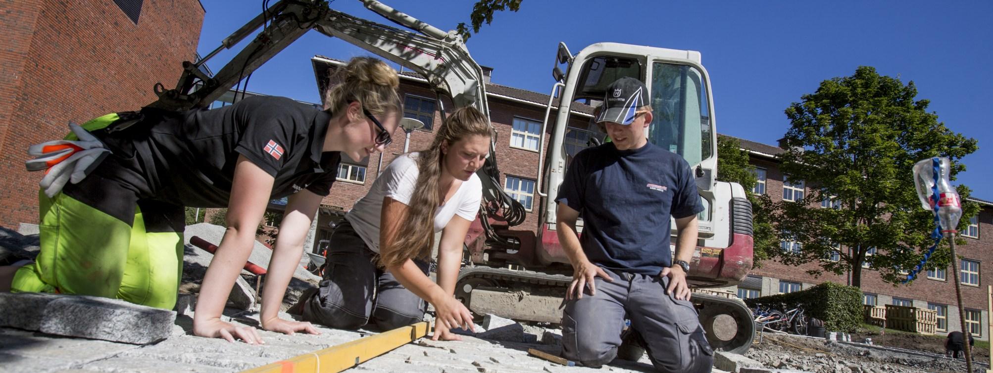 Studenter i arbeid på campus.