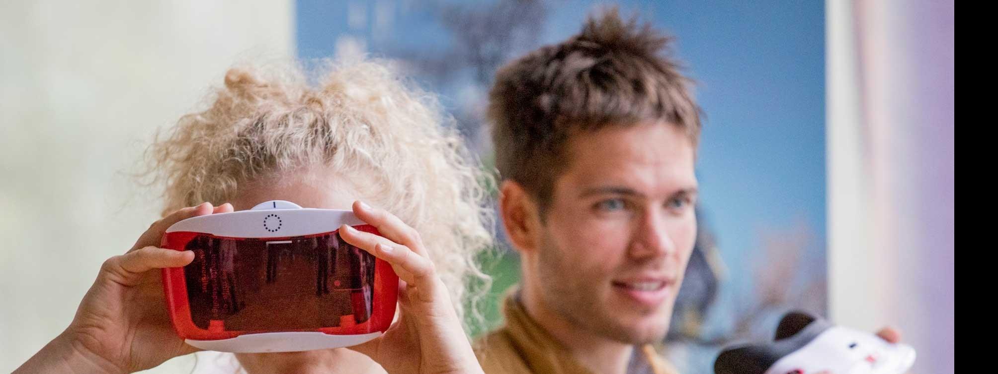 Studenter tester VR-briller.