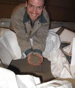 Forsker Jon Øvrum Hansen viser fram grovfôret som brukes i forsøket med griser og fiberrikt fôr.