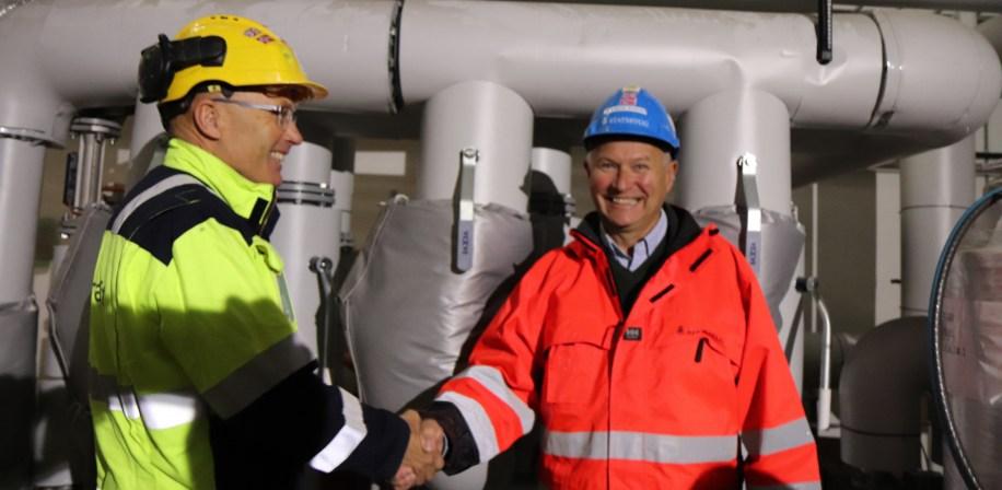 Den bærekraftige byggevarmen ble høytidelig markert med representanter fra Statkraft og Statsbygg.