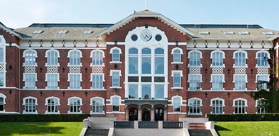 Urbygningen NMBU, campus Ås. Vi kjenner igjen frontpartiet med uret på kappene.
